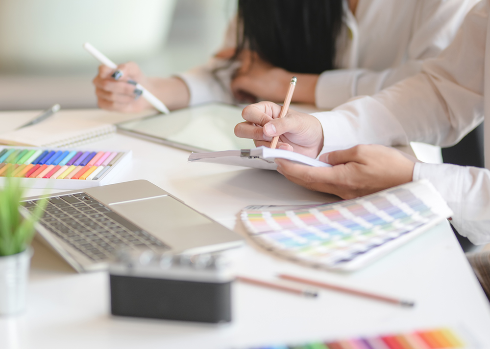 Cropped shot of graphic designer exchanging team their idea together in modern office